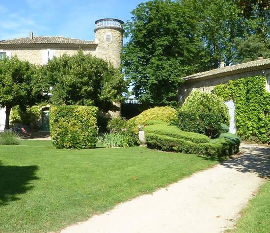 Cour du château et accueil rafraichissements.