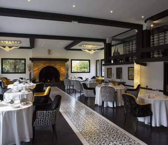 La salle de restaurant L'Hibiscus by Jeremy Lasserre