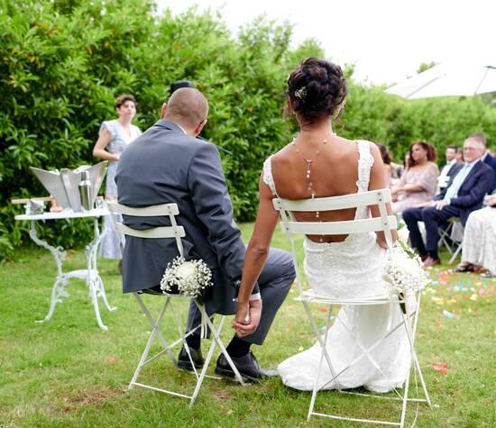 Tiens fort ma main ... Un mariage laïque c'est de l'émotion pure ... Des larmes de joie, de l'humour, du partage ...