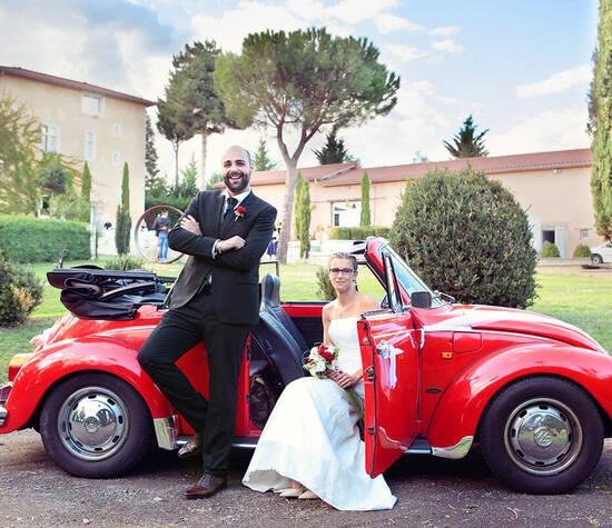 Couple mariage en coccinelle domaine Villeroy